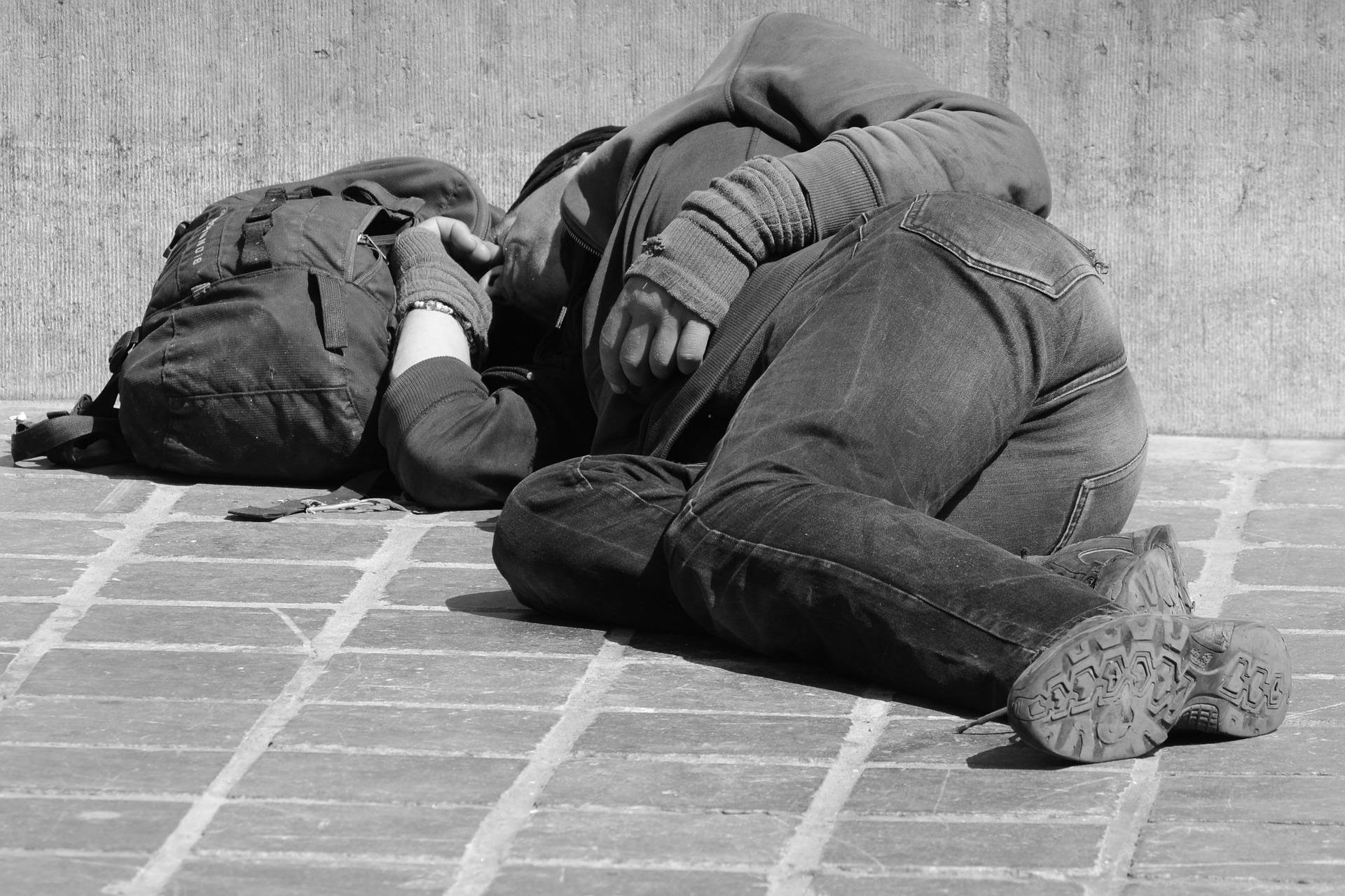 Omvandrende mand sover på gaden